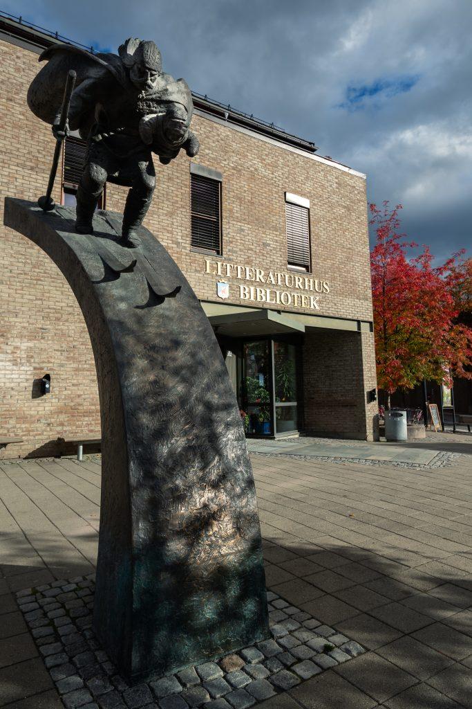 Statue utenfor Lillehammer bibliotek