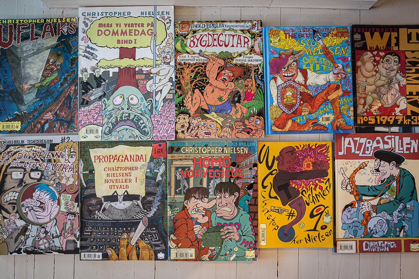 Foto av omslagene til mange av Christopher Nielsens tegneserier